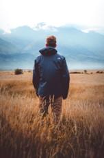 Personal Coaching - Mann auf Feld schaut in die Ferne