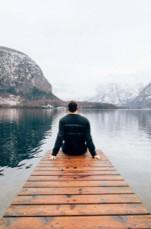 Personal Coaching - Mann sitzt auf einem Steg