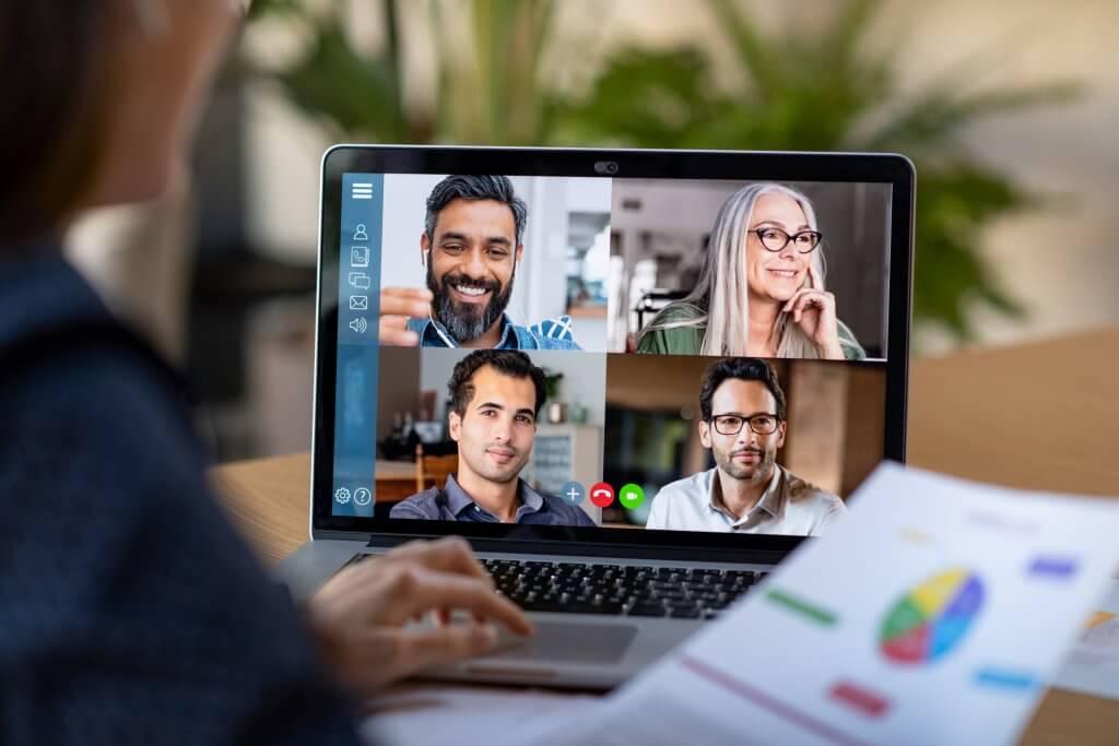 Training für Führungskräfte - virtuelles Meeting am Laptop